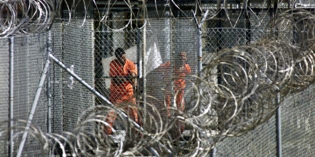 Des prisonniers dans le camp de Guantanamo en 2002.