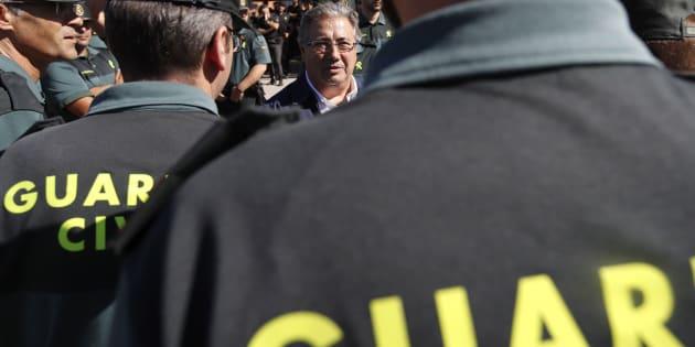 Zoido saluda a los guardias civiles durante su visita a la base militar en la que se encuentran alojados los agentes desplegados en Cataluña