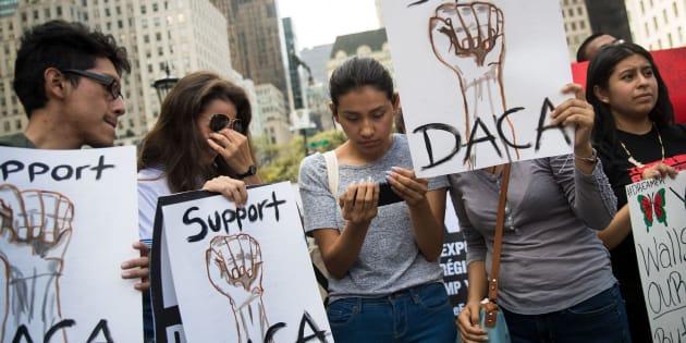 """Manifestación contra la decisión de Trump de acabar con el programa migratorio para los """"soñadores""""."""