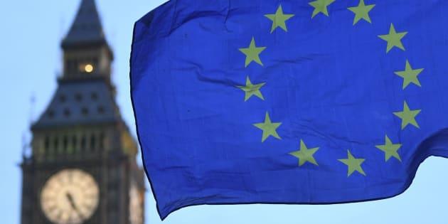 Imagen de archivo de una bandera de la UE junto al Big Ben.