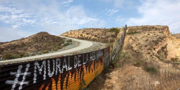 Imagen de archivo de una parte del muro con Tijuana.
