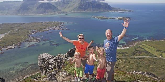 Una familia celebra en lo alto de una montaña en el archipiélago de Lofoten, en Noruega, el 19 de julio de 2014
