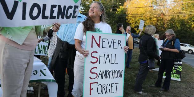Decenas de personas se manifiestan contra la falta de regulación de las armas en EEUU.