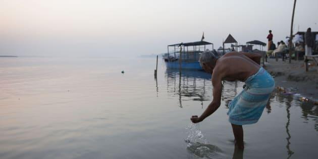 Un devoto hindú junto al río Ganges a su paso por el estado de Uttar.