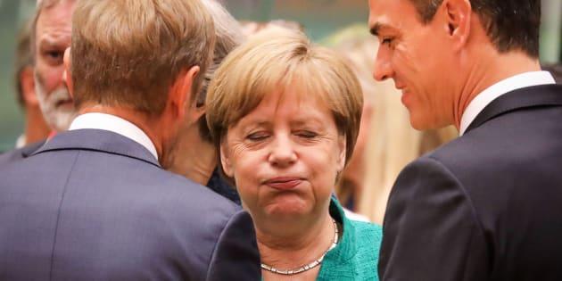 La canciller alemana Angela Merkel (centro) habla con el presidente del Consejo Europeo Donald Tusk (izquierda) y el presidente español, Pedro Sánchez.