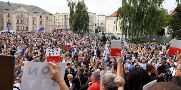 Manifestantes se unen a la protesta organizada por los opositores de la reforma judicial polaca.