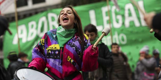 Personas a favor de despenalizar el aborto se manifiestan en el exterior del Congreso, en Argentina.