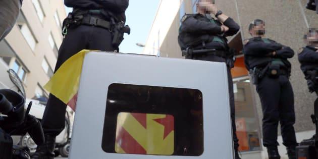 Imagen de archivo de miembros de la Guardia Civil protegiendo el acceso a la oficina de la empresa de mensajería en Unipost