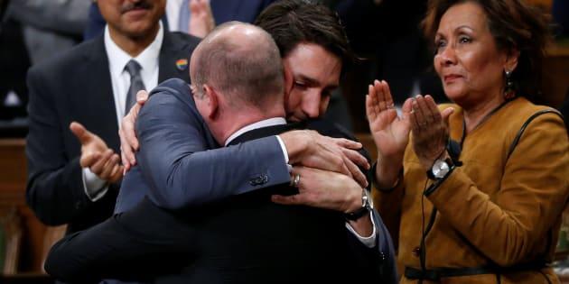 El primer ministro de Canadá, Justin Trudeau, abraza al diputado liberal Randy Boissonnault, tras emitir una disculpa oficial a los miembros de la comunidad LGBT que fueron discriminados por políticas federales. En Ottawa, el 28 de noviembre de 2017.