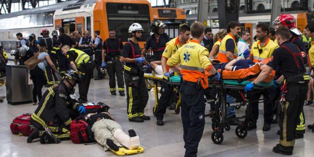 Equipos de emergencia atienden a los pasajeros que han resultado heridos en el accidente.