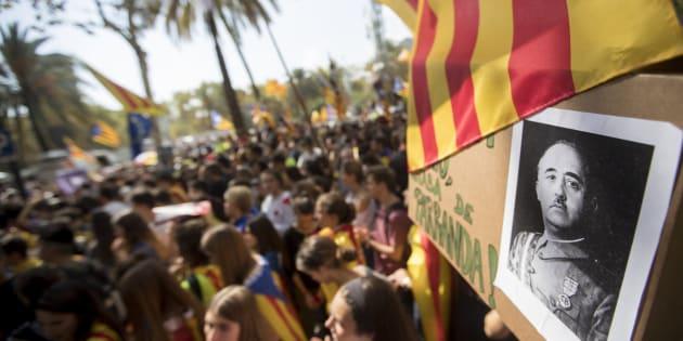 Centenares de personas, convocadas por ANC y Òmnium, se concentran ante el Tribunal Superior de Justicia de Cataluña (TSJC) en protesta por las detenciones.