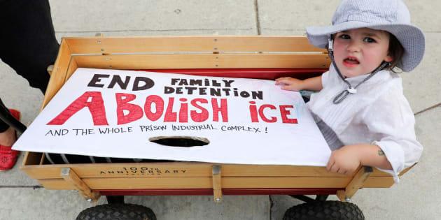 Padres e hijos participan en una manifestación contra las separaciones de familias inmigrantes.