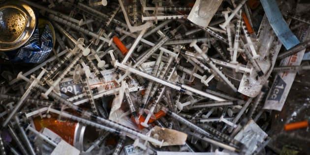 Jeringuillas y medicamentos tirados en el suelo de un campamento de heroinómanos en Filadeldia.