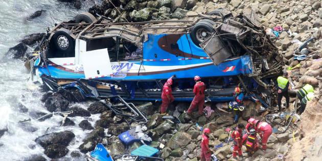 Rescate del autobús accidentado. Agencia Andina /AFP