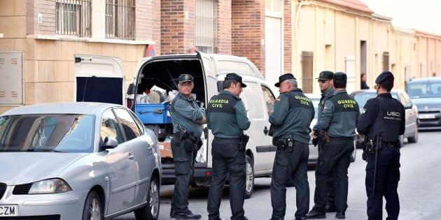 Una patrulla de la Guardia Civil frente a la casa del suceso en una pedanía de El Ejido (Almería).