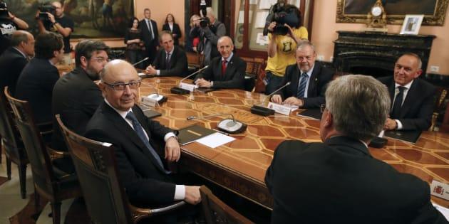 El ministro de Hacienda, Cristóbal Montoro; el consejero de Hacienda y Economía vasco, Pedro Azpiazu, y el portavoz del Gobierno vasco, Josu Erkoreka,  durante la reunión de la Comisión Mixta del Concierto Económico.