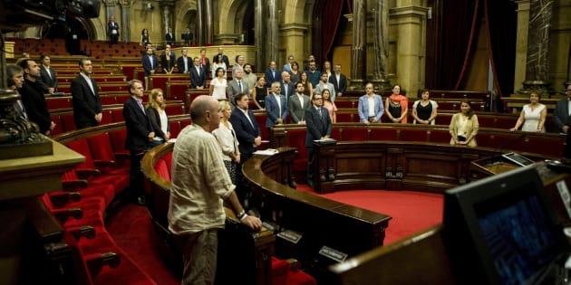 Los presentes durante el minuto de silencio en recuerdo de las víctimas del terrorismo en el Parlament catalán.