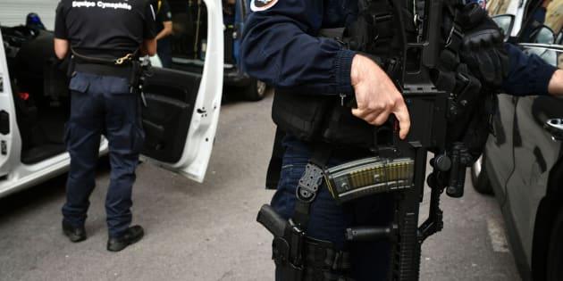 Un agente de policía, frente a su vehículo, en la edición número 104 del Tour de Francia.  / AFP PHOTO / Jeff PACHOUD