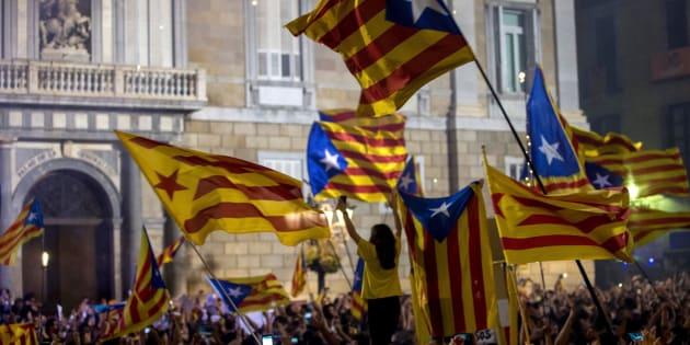 Miles de personas se concentran en la Plaza de Sant Jaume de Barcelona, ante el Palau de la Generalitat, sede del gobierno catalán, para festejar que el Parlament ha declarado de forma unilateral la independencia de Cataluña. EFE/Quique Garcia.