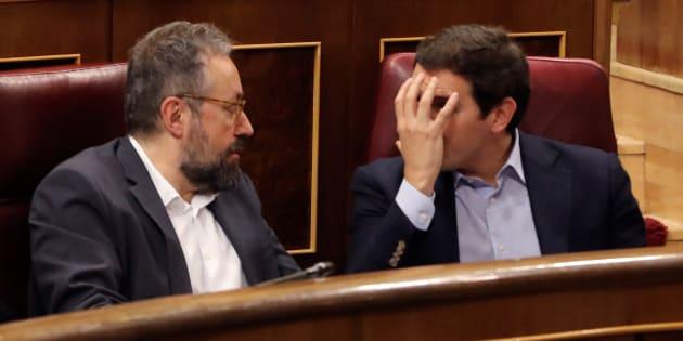 El líder de Ciudadanos, Albert Rivera, conversa con el portavoz parlamentario de Ciudadanos, Juan Carlos Girauta.
