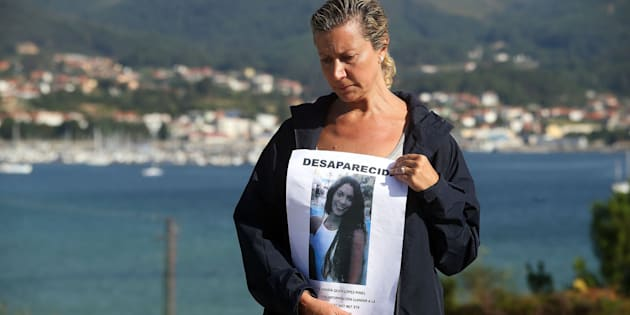 La madre de la joven desaparecida Diana Quer sostiene un cartel de Se Busca.