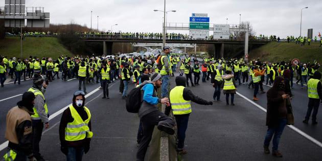 Chalecos amarillos se manifiestan en una autopista de Francia.