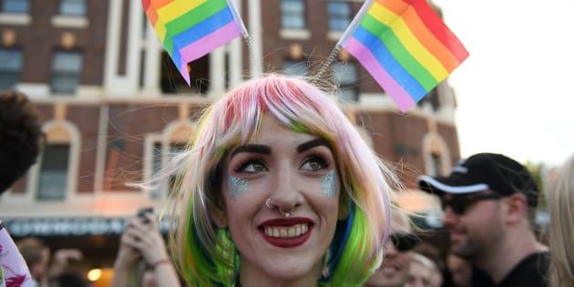 Varias personas celebran el resultado de la encuesta postal sobre el matrimonio homosexual en Sídney (Australia).