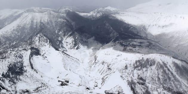 Giappone, erutta il vulcano vicino alle piste da sci: un morto e feriti travolti da valanga e rocce infuocate