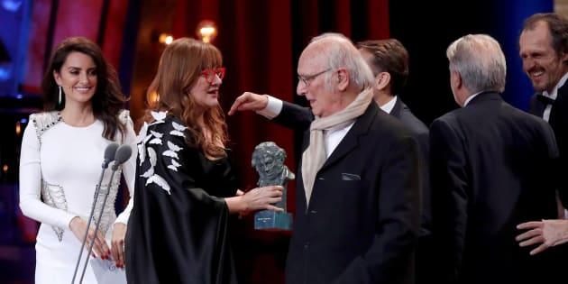 La directora Isabel Coixet recibe el Goya a la Mejor película por 'La librería' de manos de Carlos Saura.