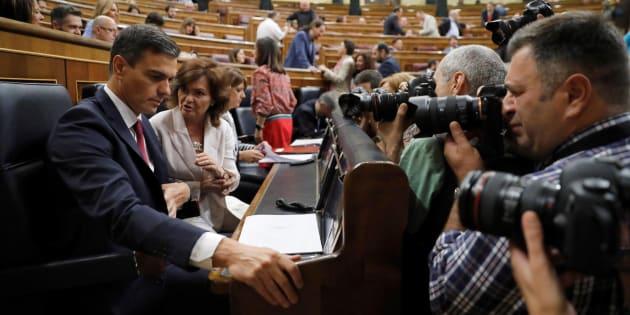Pedro Sánchez, junto a la vicepresidenta, Carmen Calvo, al inicio de la sesión de control al Gobierno en el Congreso este miércoles