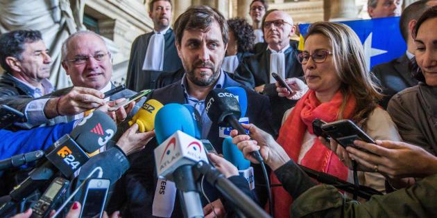 Los exconsellers catalanes huidos Lluís Puig (izquierda), Toni Comín (centro) y Meritxell Serret (derecha) atienden a la prensa a su salida del tribunal tras comparecer ante el juez belga de primera instancia en Bruselas (Bélgica) este miércoles