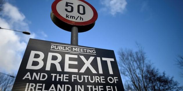 Imagen de archivo de un cartel sobre un debate sobre el Brexit.