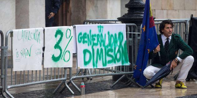 Álvaro de Marichalar protesta desde la mañana del sábado ante el Palau de la Generalitat.