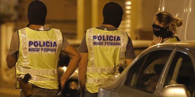 Agentes del GEI (Grupo Especial de Intervención) de los Mossos d'Esquadra, durante el registro a una vivienda.