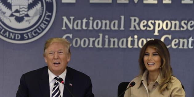 El presidente estadounidense, Donald J. Trump (i), habla junto a su esposa, Melania Trump (d), el pasado miércoles.