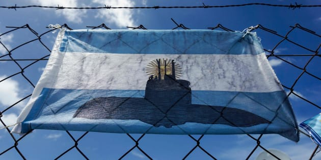 Una bandera argentina con el dibujo del submarino desaparecido.