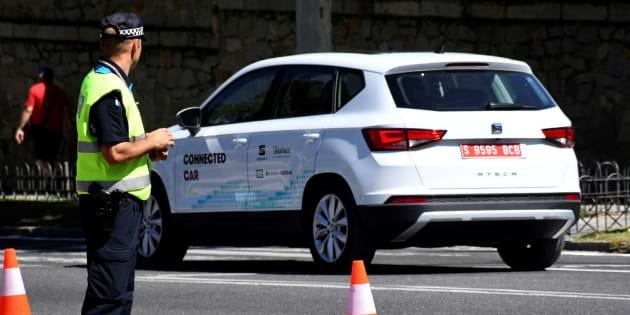 El vehículo Seat Arona, dotado con la tecnología 5G, circula por las calles de Segovia.