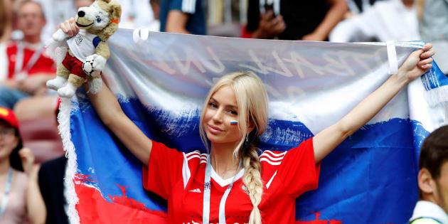 Una aficionada rusa anima a su selección durante el partido contra España, en el que La Roja fue eliminada.