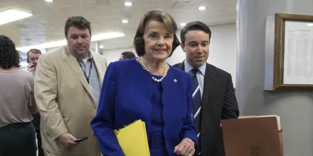 La senadora de EEUU por California Dianne Feinstein (c).
