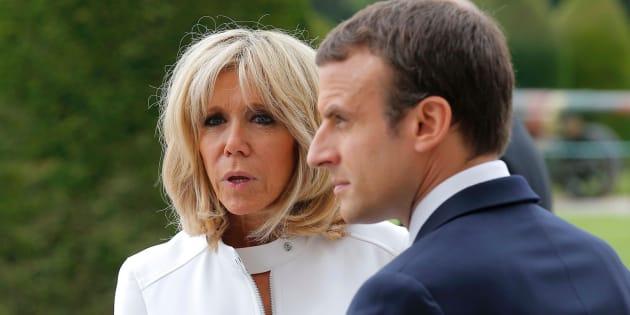 El presidente francés, Emmanuel Macron (D), y su esposa, Brigitte Macron.