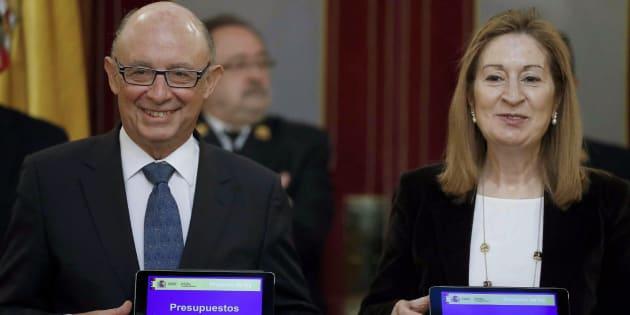El ministro de Hacienda, Cristóbal Montoro, entrega el proyecto de Presupuestos Generales del Estado para 2018.