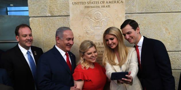 Netanyahu y su mujer se toman un selfi junto a Ivanka Trump y Jared Kushner durante la inauguración de la embajada.