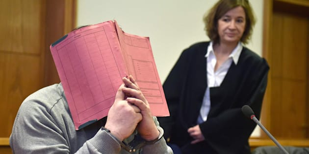 Imagen de archivo de Niels H. (que cubre su rostro con una carpeta) junto a su abogada en 2015, durante su juicio.