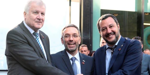 El ministro del Interior alemán (izq), Horst Seehofer, el vicepresidente italiano (cent) Matteo Salvini y ministro austríaco del interior,  Herbert Kickl.