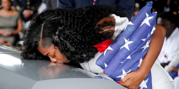 La viuda del soldado muerto en Níger da un beso al féretro.