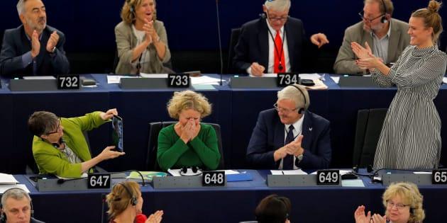 La autora del informe, Judith Sargentini, contra Orbán, celebra el voto en el Parlamento Europeo.