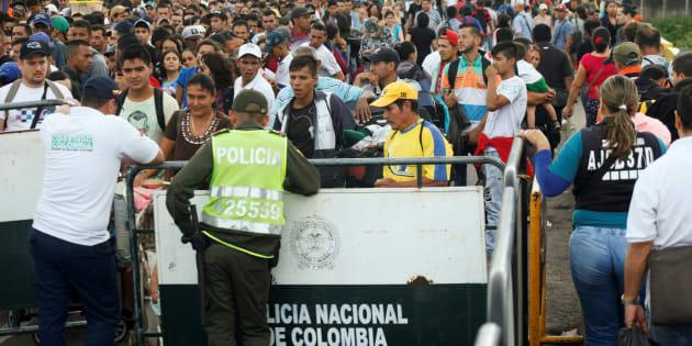 Dos agentes colombianos controlan la frontera donde se congregan miles de venezolanos a diario.