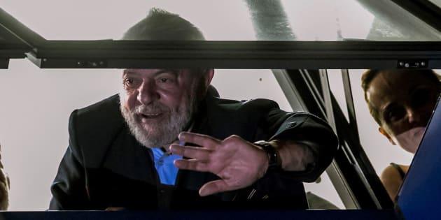 El expresidente brasileño Luiz Inacio Lula da Silva saluda este viernes a sus seguidores.