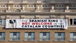 Despliegan una pancarta contra el rey en la plaza del acto a las