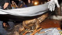 300 manifestantes derriban la estatua de un soldado confederado en Carolina del Norte,